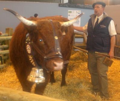 Aida ( la vache sélectionnée pour l'affiche 2010 ) et son propriétaire