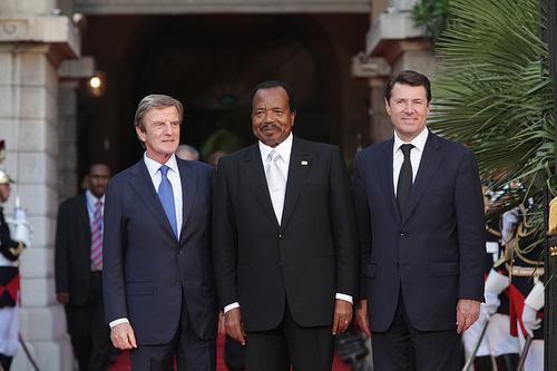 Le président Paul Biya ( Cameroun ) entouré du ministre Bernard Kouchner et du ministre et maire de Nice Christian Estrosi