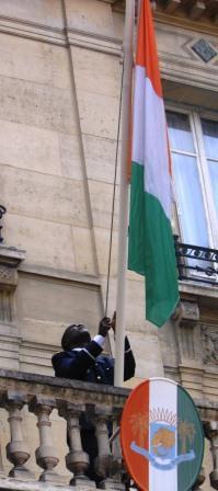 levee-de-drapeaux-dans-la-cour-de-l-ambassade-de-cote-d-ivoire-en-france.jpg
